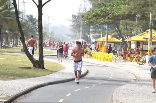 Sem camisa, Bruno Gissoni corre na orla no Rio de Janeiro