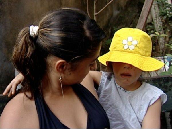 Criança ferida por portão de creche não vê com um olho