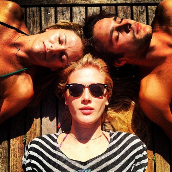 Fiorella Mattheis fotografa de biquíni durante final de semana em família