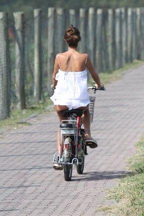 Fiu, Fiu! Thaila Ayala usa saída de praia curtíssima para andar de bike