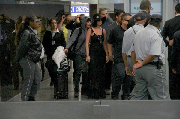 Toda de preto, Katy Perry desembarca no Rio de Janeiro