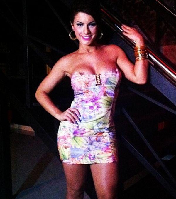 Babi Rossi exibe corpão de vestido em ensaio para grife