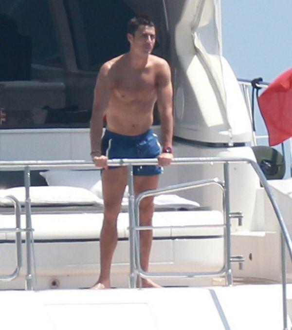 Cristiano Ronaldo troca carícias com namorada no mar