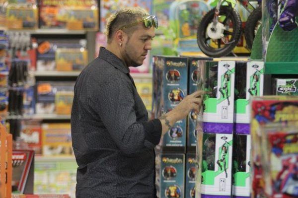 Gracyanne vai às compras com Belo e manda recado: