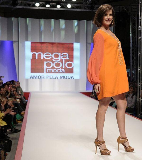 Deborah Secco empolga em desfile de moda