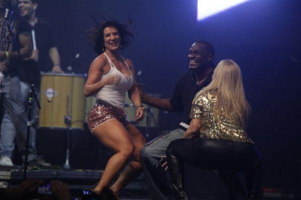 Scheila Carvalho e Carla Perez seguram o tchan em show