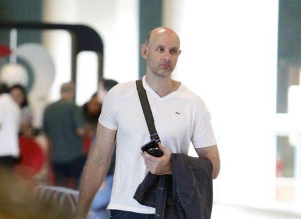 Com ar abatido, Tande circula em aeroporto no Rio; fotos!