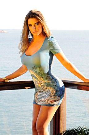 Ex-BBB Laisa posa de maiô e vestido justinho para revista