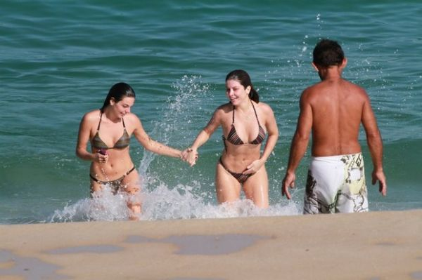 Só musa! Isis Valverde toma sol na praia com a amiga Bárbara Borges