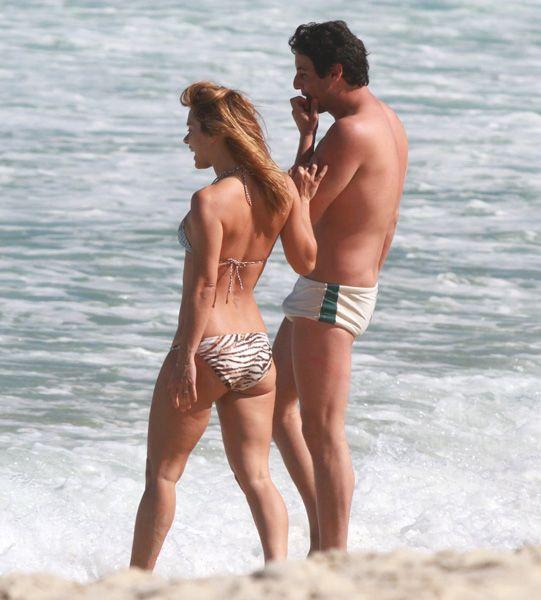 Após polêmica com fotos nua, Carolina Dieckmann vai à praia e exibe barriguinha zero