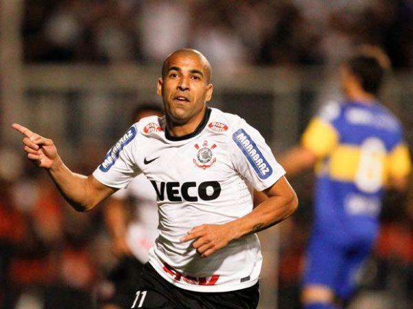 Jogadores do Timão provocam Palmeiras e São Paulo em festa com cerveja e Carnaval