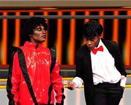 Após assumirem homossexualidade, Pepê e Neném se transformam em Michael Jackson