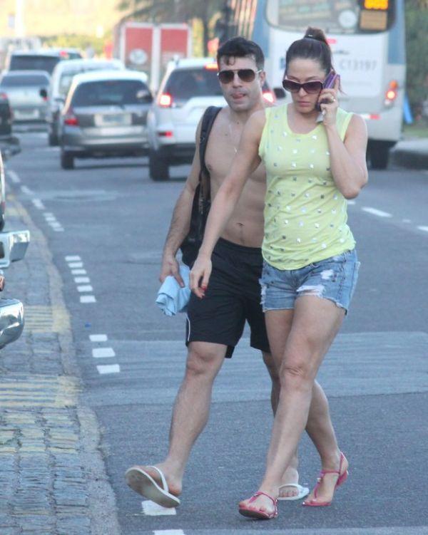 Claudia Raia vai a praia com namorado