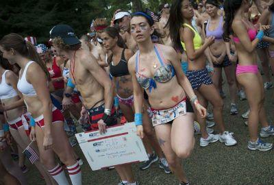 De calcinha e sutiã, mulheres participam de corrida nos EUA