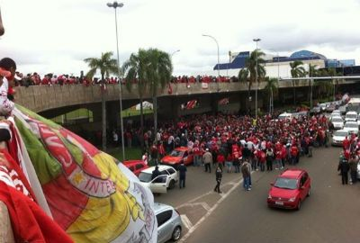 Emocionado, Forlán chega a Porto Alegre e filma festa de 3 mil colorados