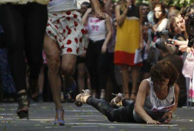 Mulheres participam de corrida com sapatos de salto alto na Rússia
