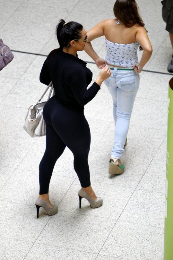 Mulher Melancia combina calça justíssima com salto gigante