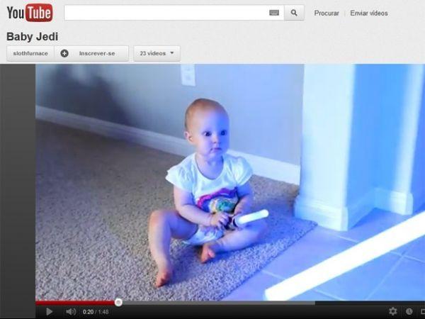 Pai ensina bebê a lutar com sabres de luz; assista o vídeo