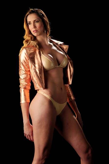 Jogadora da seleção brasileira de vôlei estrela 1° ensaio sensual