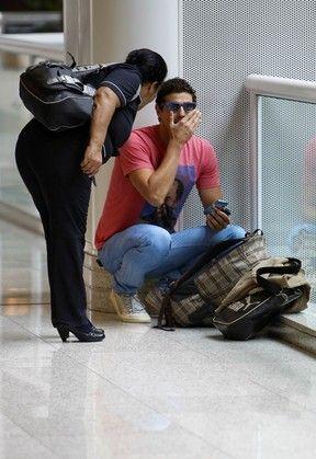 Reynaldo Gianecchini deixa cueca à mostra em aeroporto