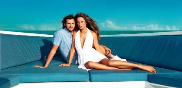 Alessandra Ambrósio e Ashton Kutcher posam juntos em iate
