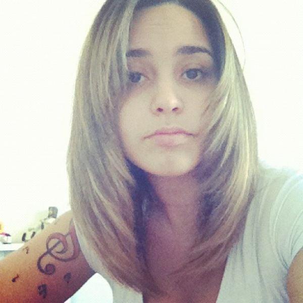 Depois de clarear, Perlla corta o cabelo