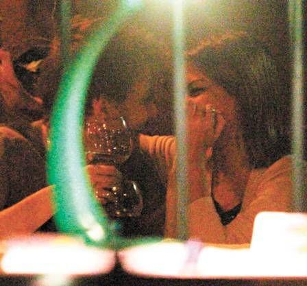 Michel Teló e Thaís Fersoza são flagrados aos beijos
