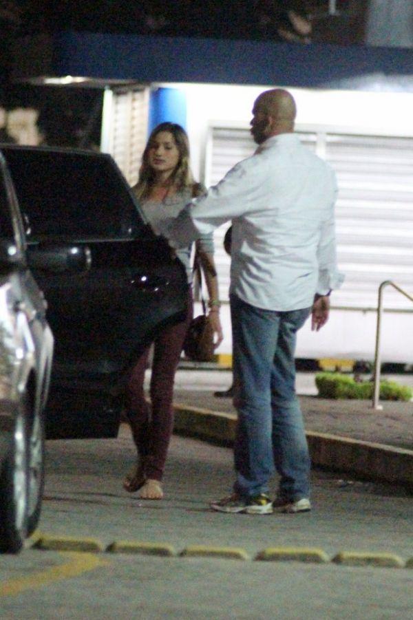 Cercada de seguranças, Sasha é fotografada saindo de shopping