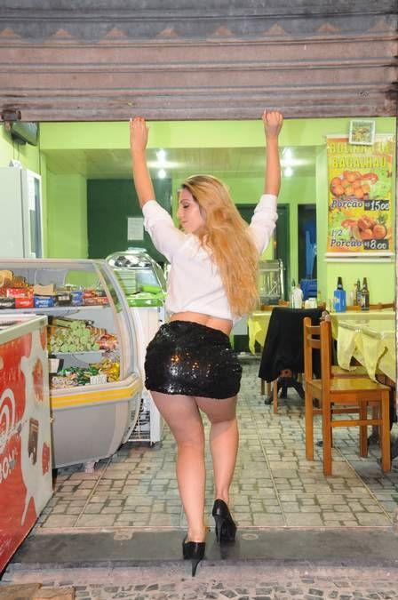 Loira que ganhou olhadão de Cauã para o trânsito  com lingerie minúscula