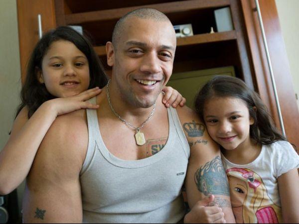 Papais strippers festejam ter mais tempo livre para curtir seus filhos