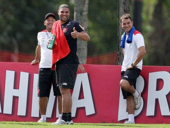Dorival Júnior fala com Adriano e retorno do atacante pode acontecer