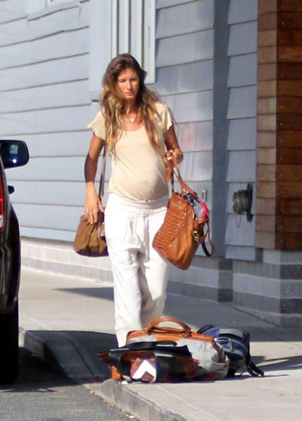 Gisele Bündchen exibe barrigão de grávidez ao deixar Boston