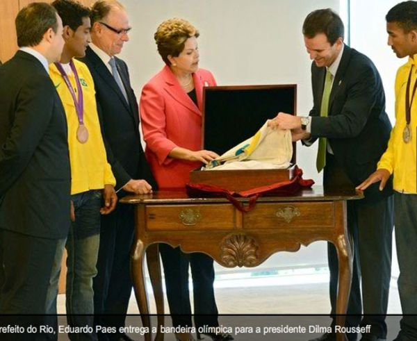 Com medalhistas do boxe, presidete Dilma Rousseff recebe bandeira olímpica em Brasília