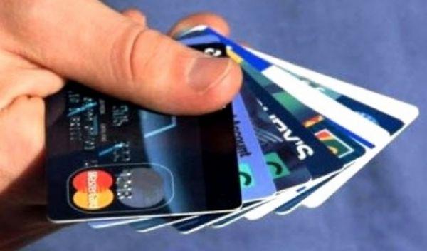 Famílias comprometem em média 42% da renda para saldar dívidas