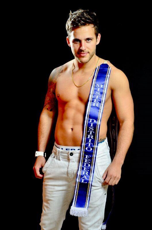 Mister Brasil Thiago Ximenes mostra tanquinho em ensaio sensual