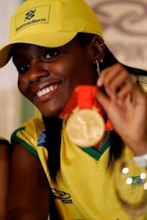 Campeã Olímpica Fabiana Claudino faz desfile de vitória