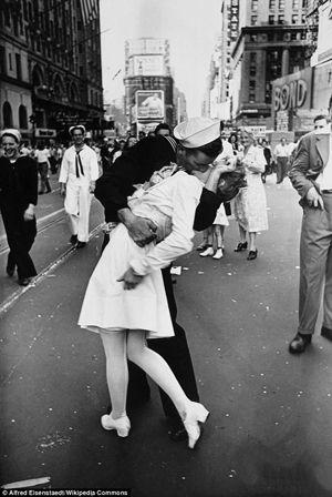 Casal de foto histórica do fim da Segunda Guerra se revê após 67 anos