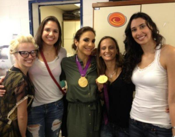 Ivete Sangalo posa ao lado das meninas do vôlei: