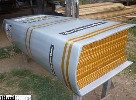 Martelo, bíblia, piano e até rato... Ganeses criam caixões nos formatos mais estranhos!