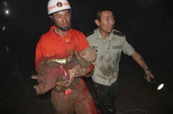 Rombo de 10m em rua da China mata 2 e fere 2; bebê é resgatado com vida