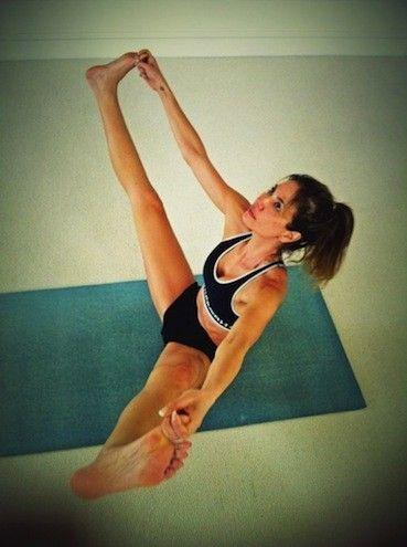 Luciana Gimenez posta fotos e mostra que mantém a boa forma com a ioga