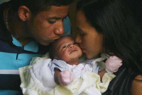 Mulher corta pescoço de jovem para roubar bebê de 15 dias