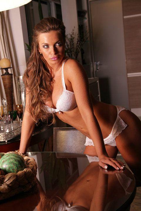 Affair de Gusttavo Lima mostra boa forma em fotos para grife de lingerie