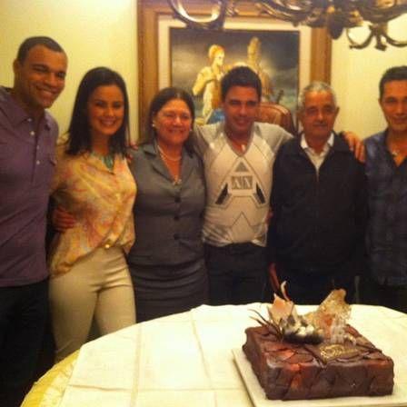 Após separação, Zezé Di Camargo ganha bolo de aniversário e posa ao lado de Zilu