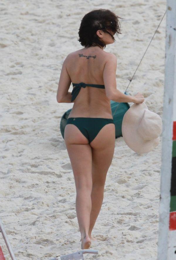 Deborah Secco vai de tomara que caia à praia e mostra corpão