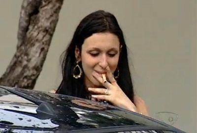 Embriagada, estudante tenta fumar nota de R$ 50 e ligar carro com canudo