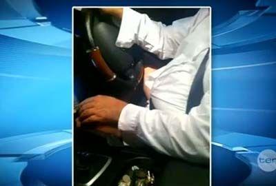 Jovem tira fotos de taxista dirigindo sem a calça na Austrália