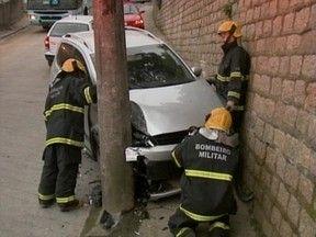 Mulher é arremessada contra muro durante acidente