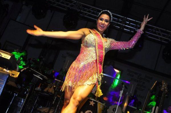 Travesti sósia de Gracy Barbosa rouba cena em coroação na Mangueira