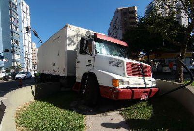 Caminhão em Santos perde controle e derruba estátua de Pelé